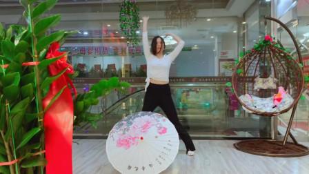 点击观看《高清古典舞视频采薇 年轻美女伞舞》