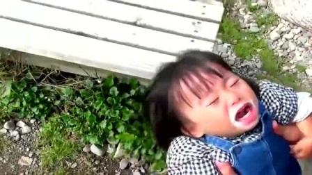 好可爱的小女孩,吃不到冰淇淋就直接躺地上不起来了,网友:小吃货!