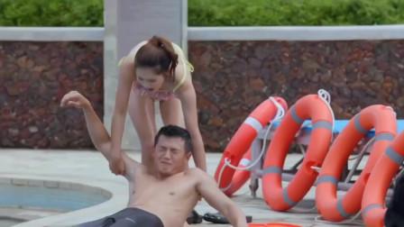 小伙假�b抽筋溺水,�_女孩做人工呼吸,真是太�牧�