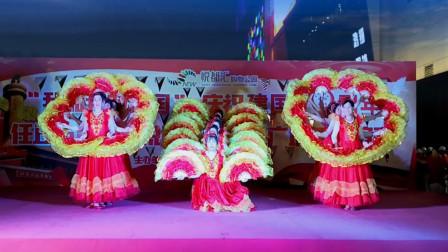 点击观看《阿采广场舞《我的中国梦》变队形变字扇子舞迎新中国成立70周年广场舞》