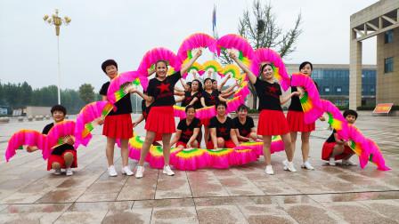 点击观看《好心情蓝蓝广场舞吉祥中国年 扇子舞十六人变队形》