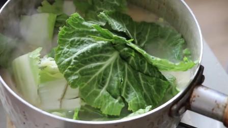 《韩国农村美食》新鲜的小白菜,用大酱煮汤,放入豆腐一起煮,很美味