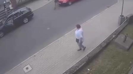 嚣张男子下车挑衅, 被路怒司机制服后!怂了