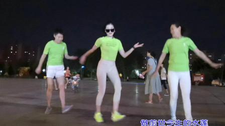 点击观看《120秒学会鬼步舞视频 青青世界广场舞《愿做菩萨那朵莲》》