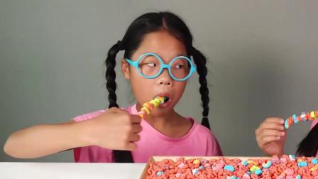 吃货小萝莉,这样吃糖,这个吃法是不是很多人童年的梦想!