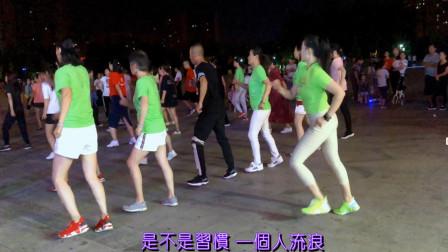 点击观看《青青世界38步广场舞蹈视频《意外收场DJ版》》
