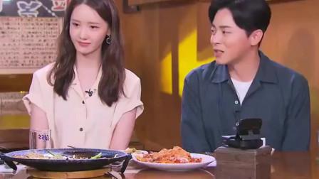 林允儿一边大口吃着美食 一边介绍新剧,面对镜头 有点害羞!