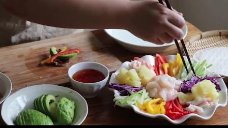 《韩国农村美食》米皮裹上蔬菜和虾仁,食材丰盛,很是新鲜