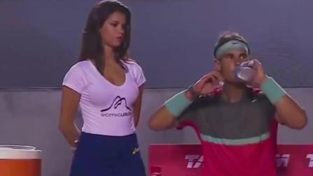 纳达尔与身边美女球童相互偷瞄,大口喝水故作镇定