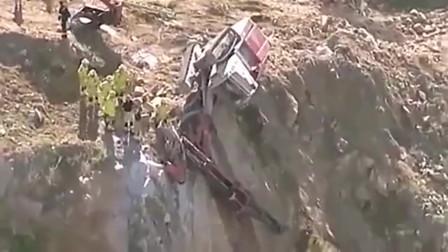 这是用尽了一生的运气吗?挖掘机差一点掉下悬崖