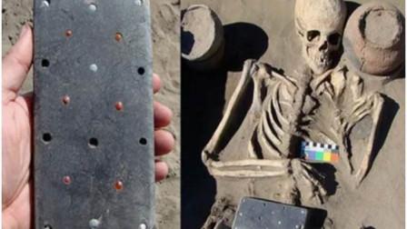 俄羅斯考古學家在一座2100年前的古墓中,發掘出