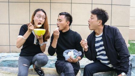 美女吃哈密瓜,兄弟俩看着眼馋,想办法把美女的哈密瓜偷了
