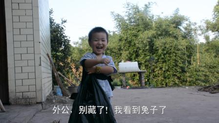 两岁小孩给外婆送月饼,说好不吃外婆的鸡,却把外婆的兔子吃了
