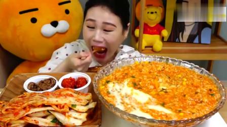 韩国吃播卡妹吃芝士鸡肉粥和泡菜
