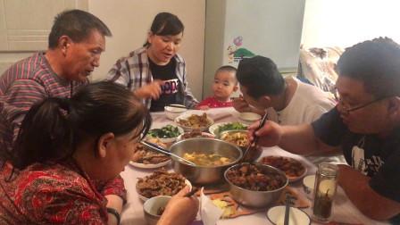 甘肃兰州的中秋晚饭,美食摆满桌,饭后还要吃西瓜,满满的幸福