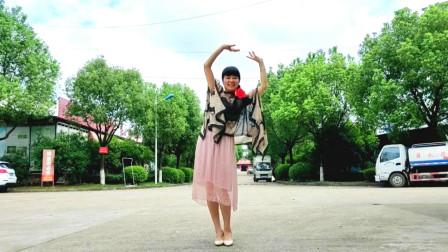 点击观看《麦芽广场舞 新白娘子传奇《前世今生》这样跳广场舞》