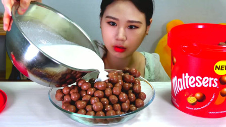 韩国大胃王卡妹,吃牛奶泡一大盘麦丽素,网友:真奢侈啊