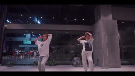 点击观看《练习室爵士舞视频《夜梦阴人》轻松节奏舞蹈》