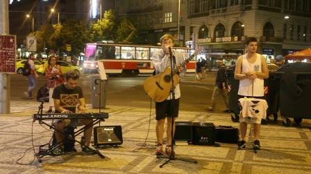 偶遇一個這樣的街頭音樂,很暖!翻唱酷玩樂隊The Scientist