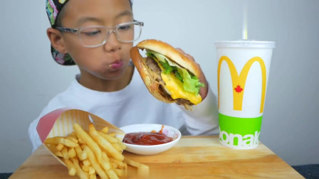 吃货萌娃,试吃汉堡和薯条,一口接一口抓着吃真过瘾!