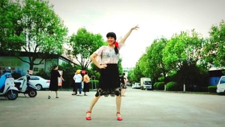 点击观看《麦芽学跳网红广场舞《荞麦花》你跳了吗?很流行》