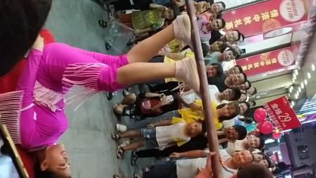 深圳龙华观澜富士康,港湾百货超市旁,小姑凉脚顶两小孩,不停的转,好厉害