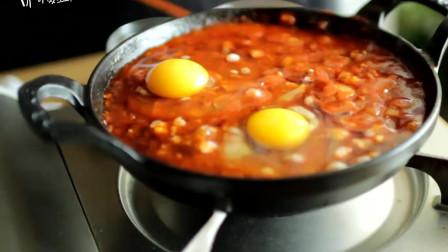 《韩国农村美食》洋葱炒培根片,放入芝士和辣酱,炖鸡蛋吃不错