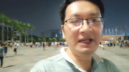 富士康员工一下班就往龙华广场跑,原来好多小姐姐在直播跳舞