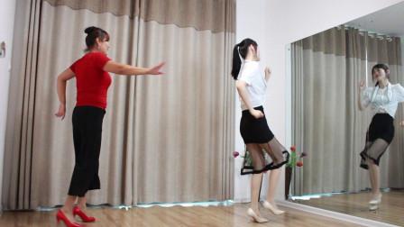 点击观看《小君母女俩跳广场舞 室内舞蹈视频》