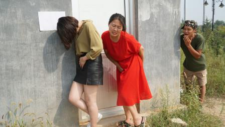 俩美女着急上厕所,没想奇葩小伙旁边吹口哨,美女终于坚持不住了