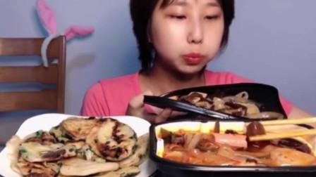 看美女这样大口吃小火锅真是太有食欲了,网友:看着都想吃啊