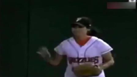 中国女球童轻功飞起捡球,震撼全场,美国观众瞬间沸腾