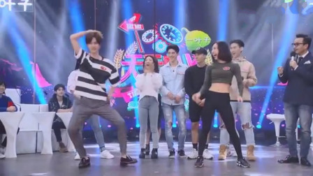 王一博的舞蹈有多强?现场学美女跳舞,高难动作一遍就会!