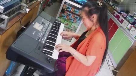 大姐电子琴演奏经典老歌《在水一方》唯美的旋律,堪称经典