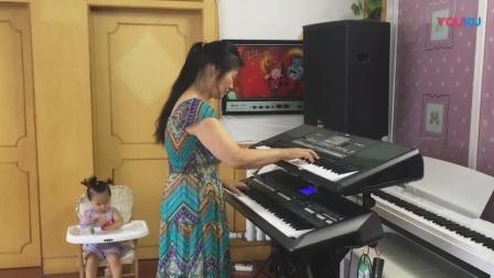 大姐双手控制两台电子琴弹奏少林寺主题歌《牧羊曲》技术真不赖