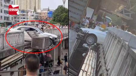 贵州一轿车失控冲上人行道,撞垮桥边护栏:车头悬挂半空