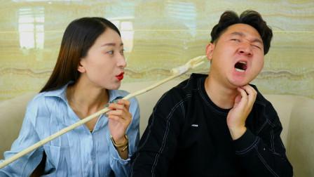 小伙讓老婆買癢癢撓,沒想摳門媳婦拿來泡椒鳳爪當癢癢撓,太有意思了