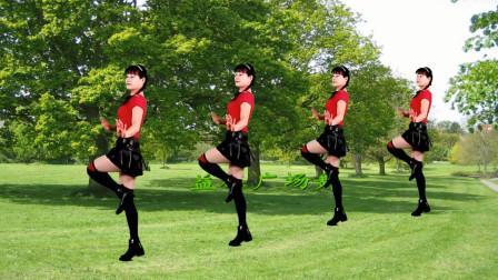点击观看《广场舞《美美哒》时尚大方忒舒服》