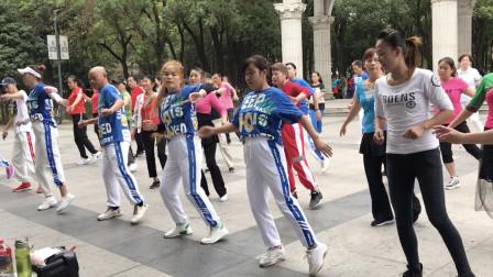 点击观看《广场舞鬼步舞28步夜之光 黄港全民健身舞蹈》