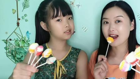"""大小吃货吃趣味糖果""""贝壳棒棒糖"""",多彩精致真漂亮,香甜美味"""
