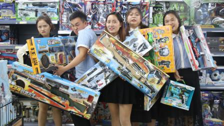 老师带同学们去玩具店,结果同学们非闹着买玩具枪,结局太有趣了