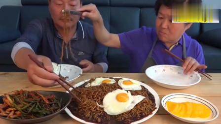 韩国农村一家,夫妻俩吃一大碗炸酱面,吃得很香