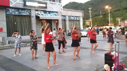 点击观看《广场大妈舞蹈视频鳌拜鳌拜鳌拜拜》