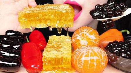 小姐姐吃冰糖水果美食秀,金黄色的蜂巢蜜真香甜,三五口就吃一块