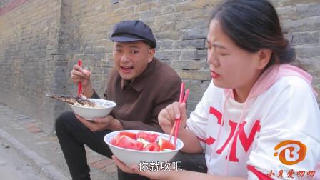 美女月赚1万吃西红柿萝卜,小伙赚3千却是大鱼肉,俩人对话太逗了