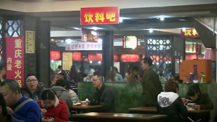 最后的棒棒:老金在美食城里找别人吃剩的食物,被经理禁止进入了,难啊