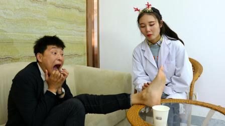 医生给病人看脚,结果小伙把泡脚药丸吃了,人才啊