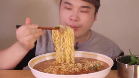 吃货小哥哥:看小哥哥吃泡面自己肚子都觉得饿了!