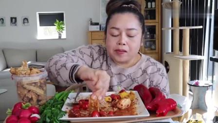 吃播:泰国吃货大姐试吃鲜虾凉拌菜,配上炸猪皮,看得我都馋哭了!