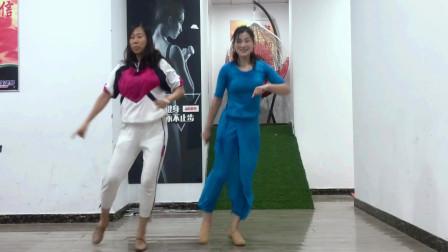 点击观看《青青世界广场舞 母女32步鬼步舞《谁赢了》》